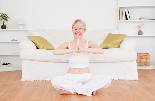 Belle femme blonde pratiquant le yoga