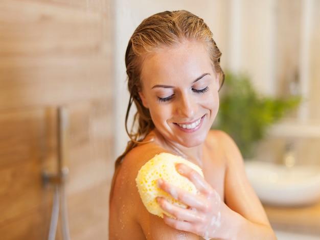 Belle femme blonde prenant une douche