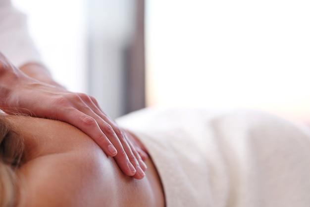 Belle femme blonde recevant un massage