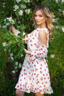 Belle femme blonde en robe d'été