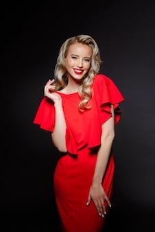 Belle femme blonde en robe de soirée souriant
