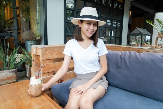Belle femme, boire du café au café