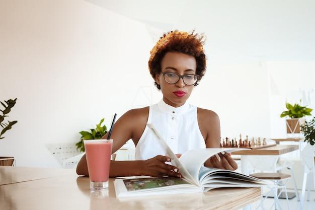 Belle femme, boire, smoothie, lecture, magazine, reposer, dans, café