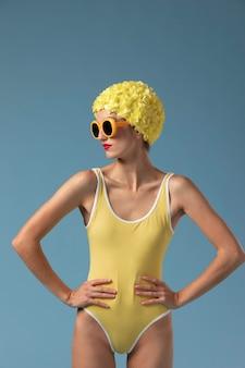 Belle femme avec bonnet de bain