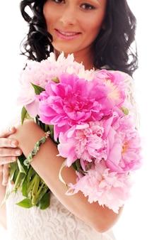 Belle femme avec bouquet de pivoines