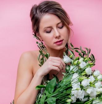 Belle femme avec bouquet de roses blanches