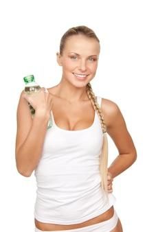 Belle femme avec une bouteille d'eau sur blanc