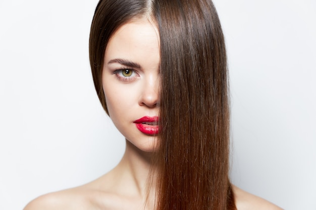 Belle femme brune aux lèvres rouges