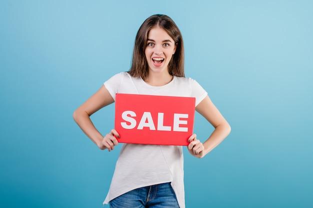 Belle femme brune avec bannière de signe de vente fond isolé sur bleu