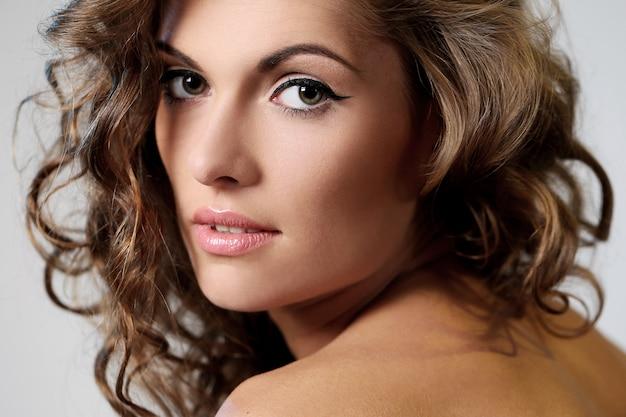 Belle femme brune avec des boucles