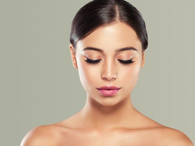 Belle femme brune cheveux beauté bouchent cils macro peau saine