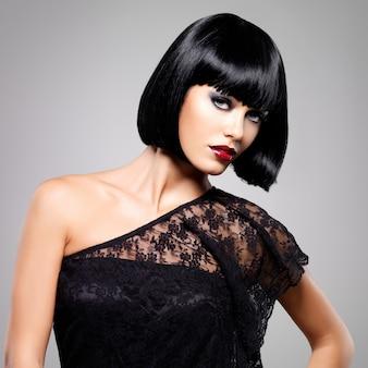 Belle femme brune avec coiffure coup, gros plan portrait d'un modèle féminin