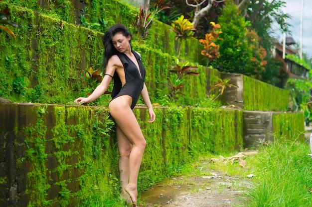 Belle femme brune avec un corps parfait en maillot de bain à bali