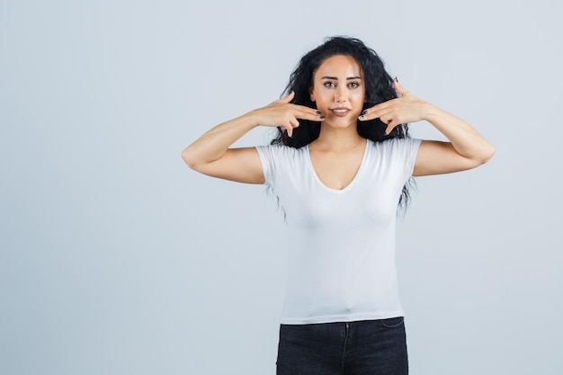Belle femme brune dans un t-shirt blanc