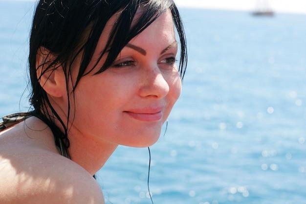Belle femme brune à la mer