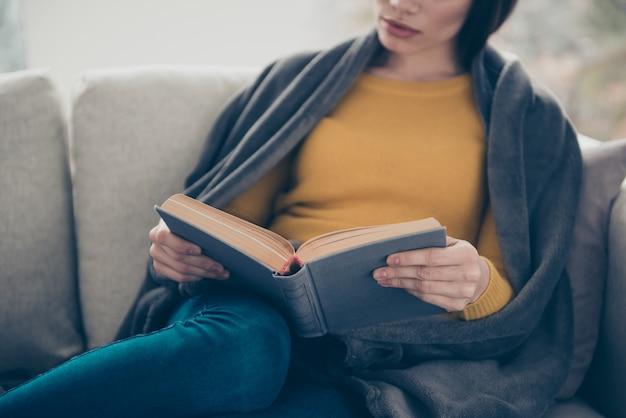 Belle femme brune posant à l'intérieur avec un livre