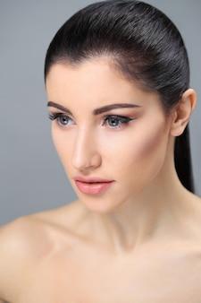 Belle femme brune posant