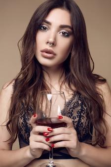 Belle femme brune sexy avec des lèvres juteuses en sous-vêtements sombres