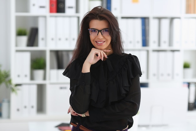 Belle femme brune souriante au bureau