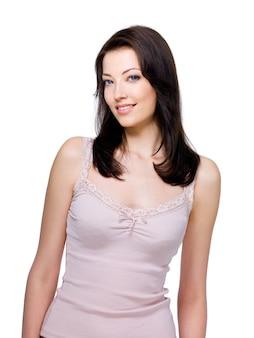 Belle femme brune avec un sourire facile isolé sur blanc