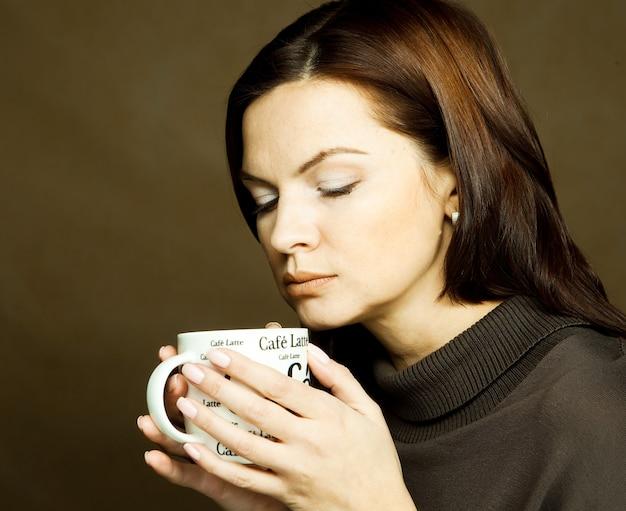 Belle femme buvant du café