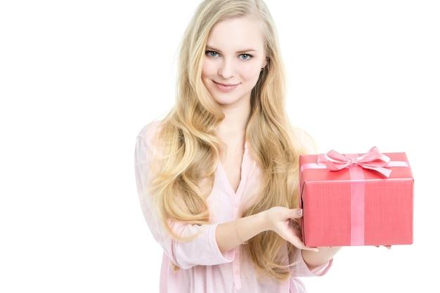 Belle femme et cadeau isolé sur blanc. festival de concept, cadeaux de vente.