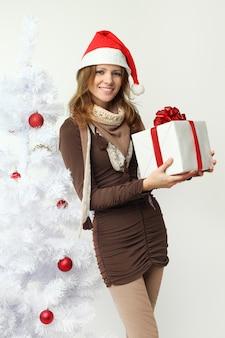 Belle femme avec cadeau de noël