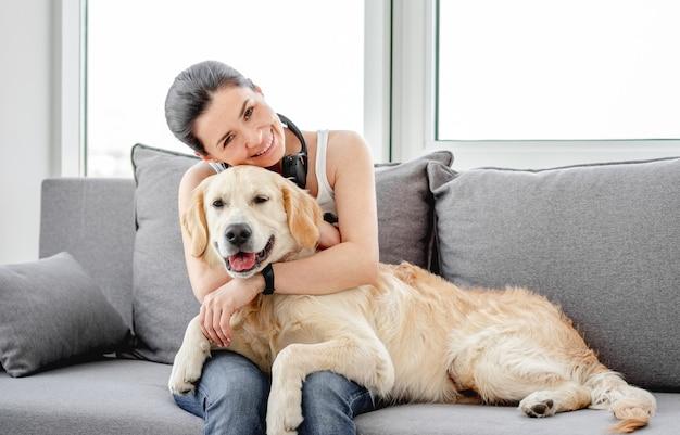 Belle femme câlins gentil chien