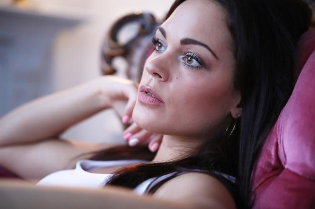 Belle femme sur le canapé