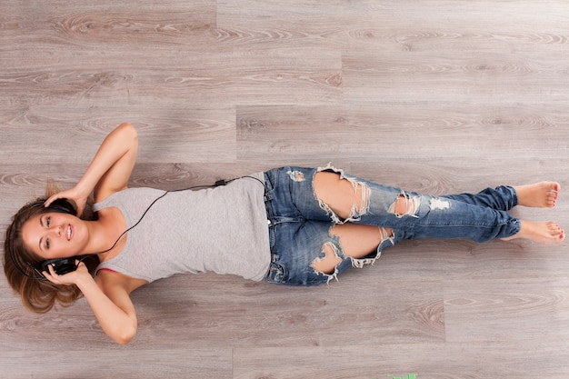 Belle femme avec un casque gisant sur le sol