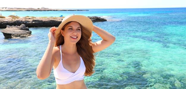 Belle femme caucasienne brésilienne souriante relaxante sur la plage d'été bronzer bannière panorama