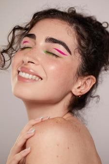 Belle femme caucasienne avec eye-liner coloré