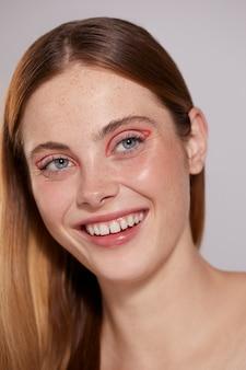 Belle femme caucasienne avec eye-liner rouge