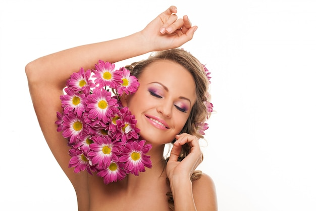 Belle femme caucasienne avec des fleurs fraîches
