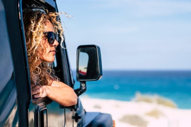 Belle femme caucasienne libre d'âge moyen profitez de la vue par la fenêtre de la voiture