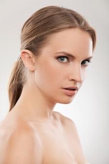 Belle femme caucasienne avec maquillage naturel