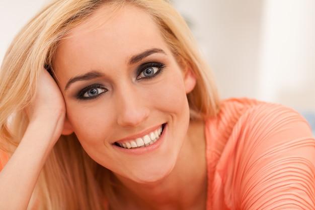 Belle femme caucasienne avec maquillage