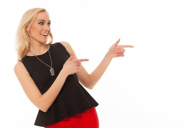 Belle femme caucasienne montre avec la main