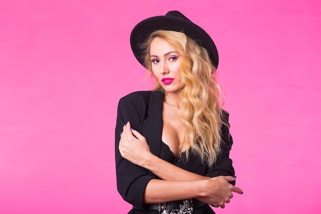 Belle femme caucasienne portant un chapeau noir