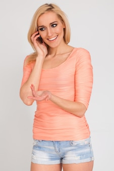 Belle femme caucasienne avec téléphone