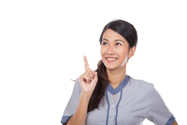 Belle femme de chambre asiatique en pensée uniforme