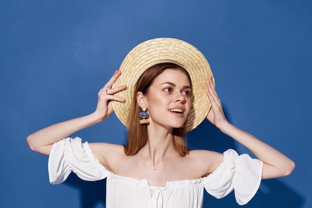 Belle femme charme chapeau lifestyle été voyage fond bleu. photo de haute qualité