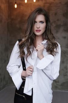 Belle femme en chemise