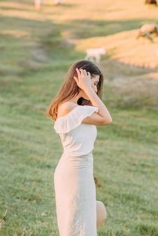 Belle femme avec un chemisier blanc dans la nature