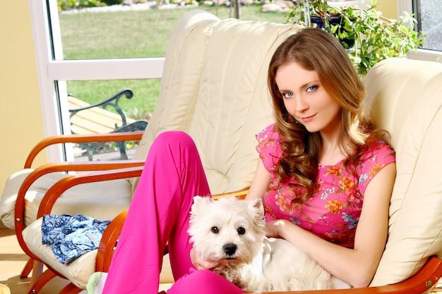 Belle femme avec un chien blanc