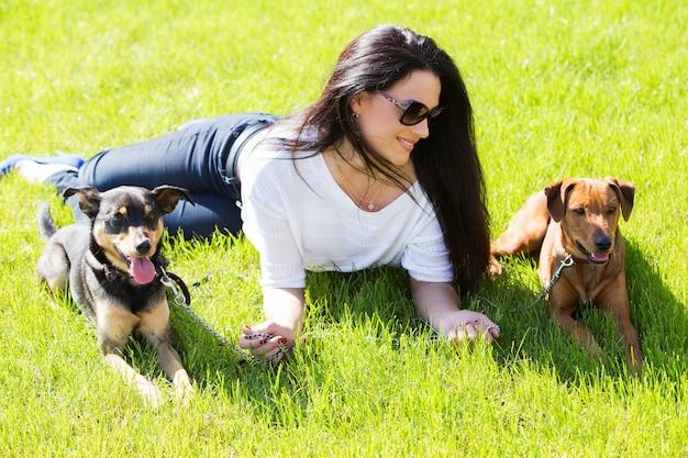 Belle femme avec des chiens