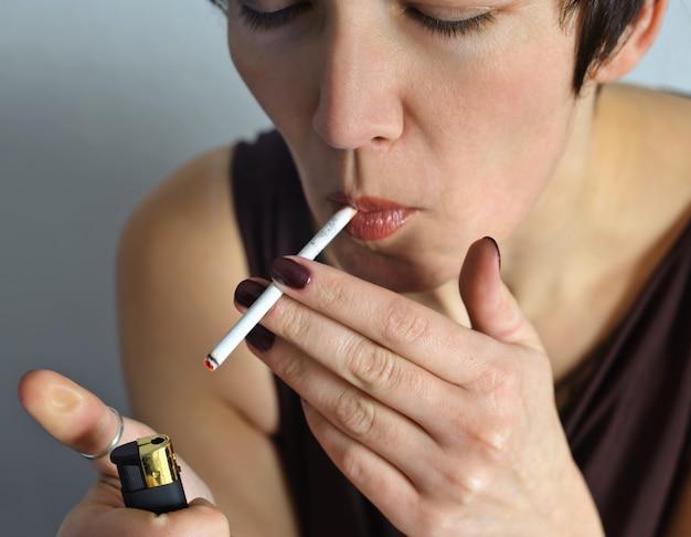 Belle femme avec une cigarette.