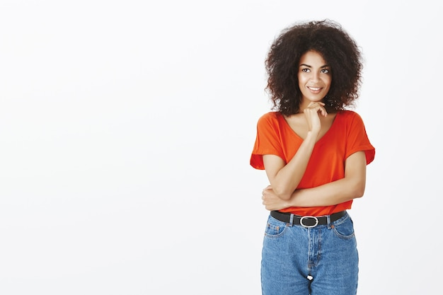 Belle femme avec une coiffure afro posant en studio