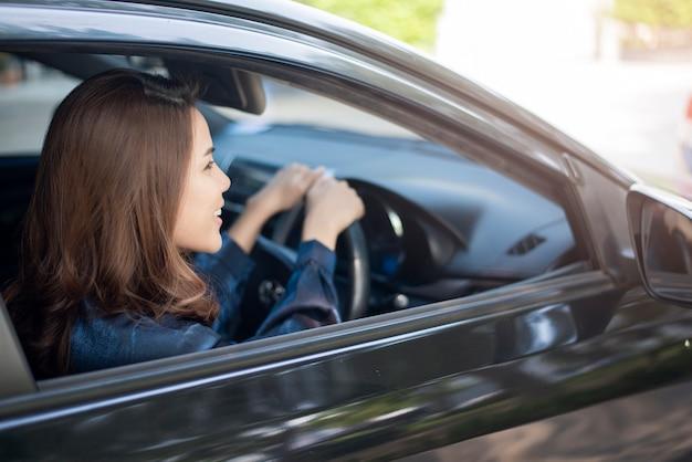 Belle femme conduit sa voiture