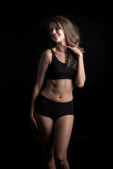 Belle femme avec un corps sain sur fond noir